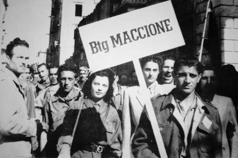 Angela Bastelli con partigiani del btg. Maccione dopo la Liberazione