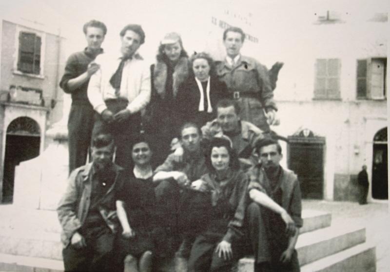Angela Bastelli, la seconda da destra seduta, insieme ad altri partigiani e civili
