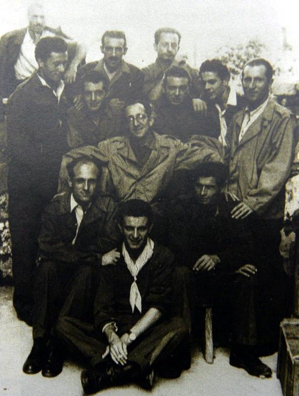 """Colonna """"Giustizia e Libertà"""": Gruppo al Comando della Colonna.  Da sinistra in alto: Martorelli, Renato Oldoini, Cesare Godano, Poerio D'Imporzano, Franco Ugolini, Giorgi, Franco Bronzi. Al centro, con le braccia allargate, Vero Del Carpio (comandante della Colonna G.L. fino al novembre 1944), in basso Rino Visconti, Tedoldi, Mario Lepre (settembre 1944) N.B. La fotografia del Gruppo G.L. (e l'individuazione dei partigiani) è tratta (e, nel caso dell'immagine, rielaborata) da Ricci, Giulivo, La colonna """"Giustizia e Libertà"""", Fiap-Ass. Partigiani Mario Fontana - ISR P.M.Beghi-SP, 1995."""