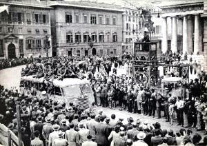 Partigiani a Genova in piazza De Ferrari il 25 aprile 1945