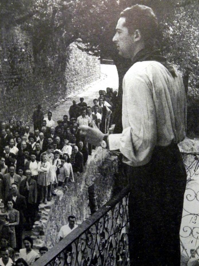 """Piero Galantini """"Federico"""", Comandante della Brigata """"U.Muccini"""" al momento della sua costituzione il 19 settembre 1944 e poi comandante, dopo il rastrellamento del 29 novembre 1944, della così detta """"Muccini"""" di linea (la fotografia ritrae P.Galantini a guerra finita mentre tiene un discorso in piazza Garibaldi ad Arcola ed è tratta da Comune di Arcola-Comitato Unitario della Resistenza, Arcola tra storia e ricordo 1939-1945, Centrostampa, Arcola, 1996, p.152)"""