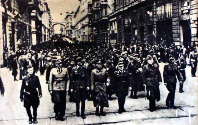 I tedeschi vengono fatti sfilare disarmati in via XX settembre a Genova il 25 aprile 1945