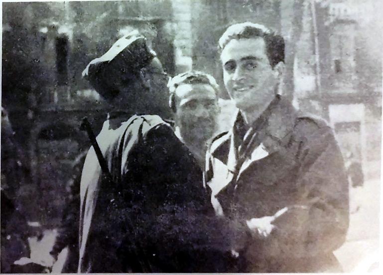 """A sinistra, di profilo, Lorenzino Tornabuoni, comandante della Colonna G.L. fino al marzo 1945; a destra Antonio Celle, Comandante della VI Compagnia del II Battaglione G.L. e poi agente dell'O.S.S. (giorni della Liberazione). La foto è tratta da Ricci, Giulivo, La colonna """"Giustizia e Libertà"""", Fiap-Ass. Partigiani Mario Fontana - ISR P.M.Beghi, SP, 1995."""